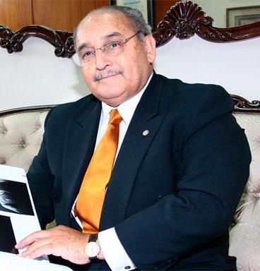 Alberto Andrade Carmona con ligera sonrisa