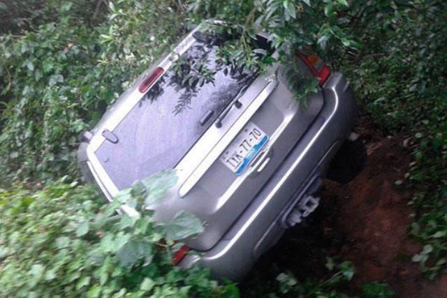 Camioneta volcada con reporte de robo