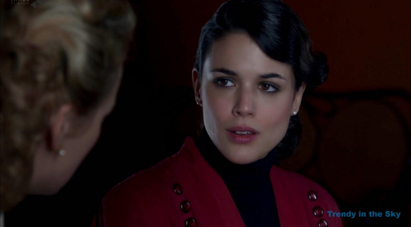 Sira Quiroga chaqueta roja. El tiempo entre costuras. Capítulo 10
