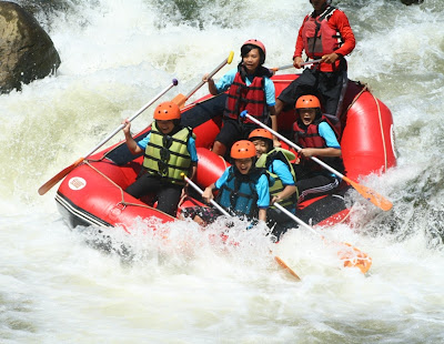 Ratusan Siswa SMP Nusaputera Jajal Sungai Serayu