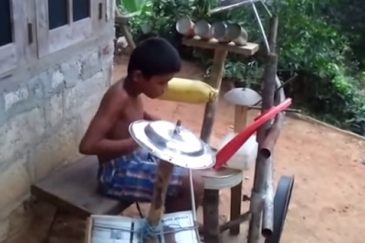 Bocah India Bermain Drum