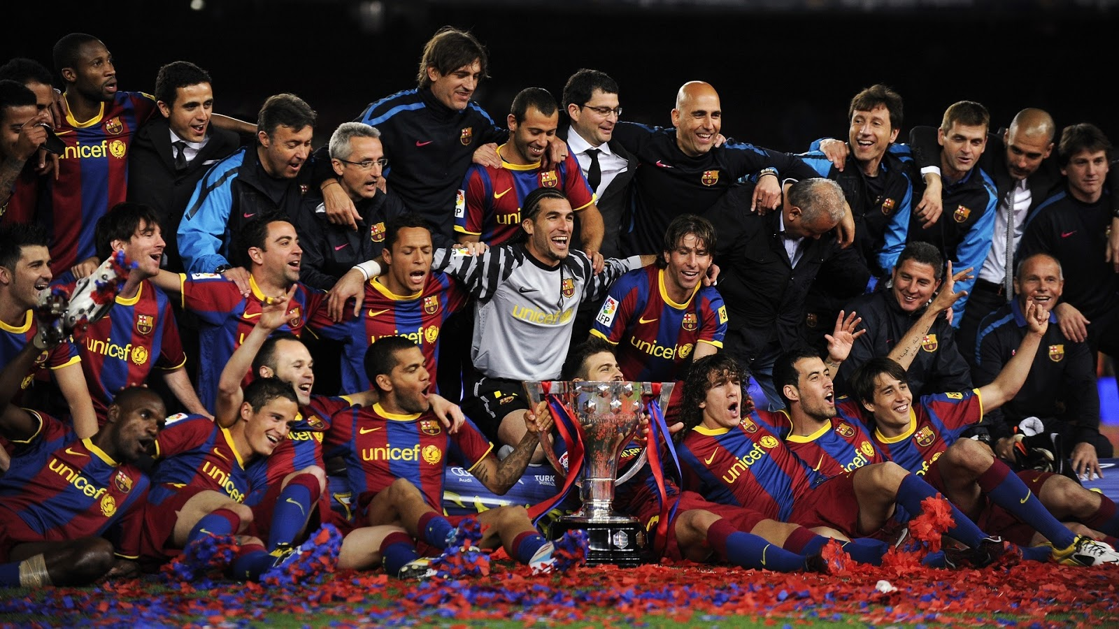 http://2.bp.blogspot.com/-8pXRSaa3SX8/UPElAfsHAyI/AAAAAAAAFkU/hUmjm-p78DU/s1600/FC+Barcelona+Team+Cool+HD+Wallpapers+2013_0.jpg