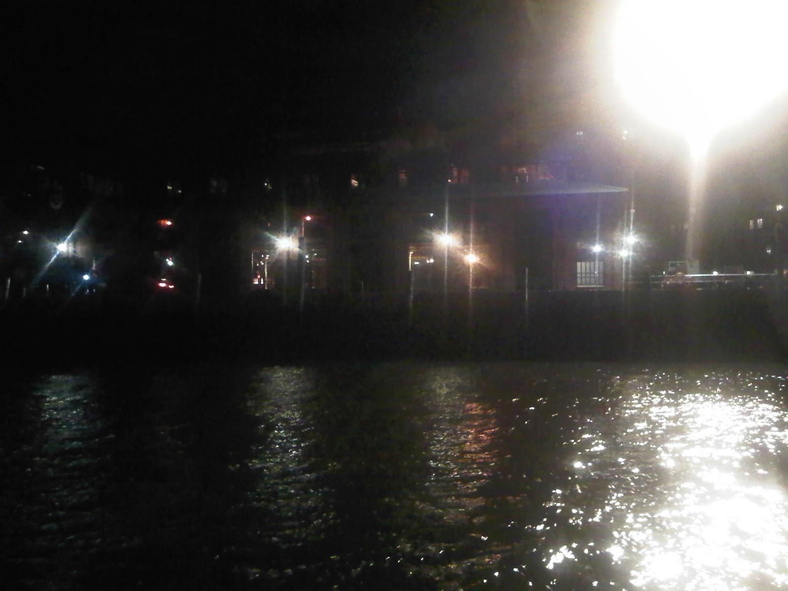 Fischautkionshalle vom Anleger Fischmarkt bei Nacht - Hafen Hamburg