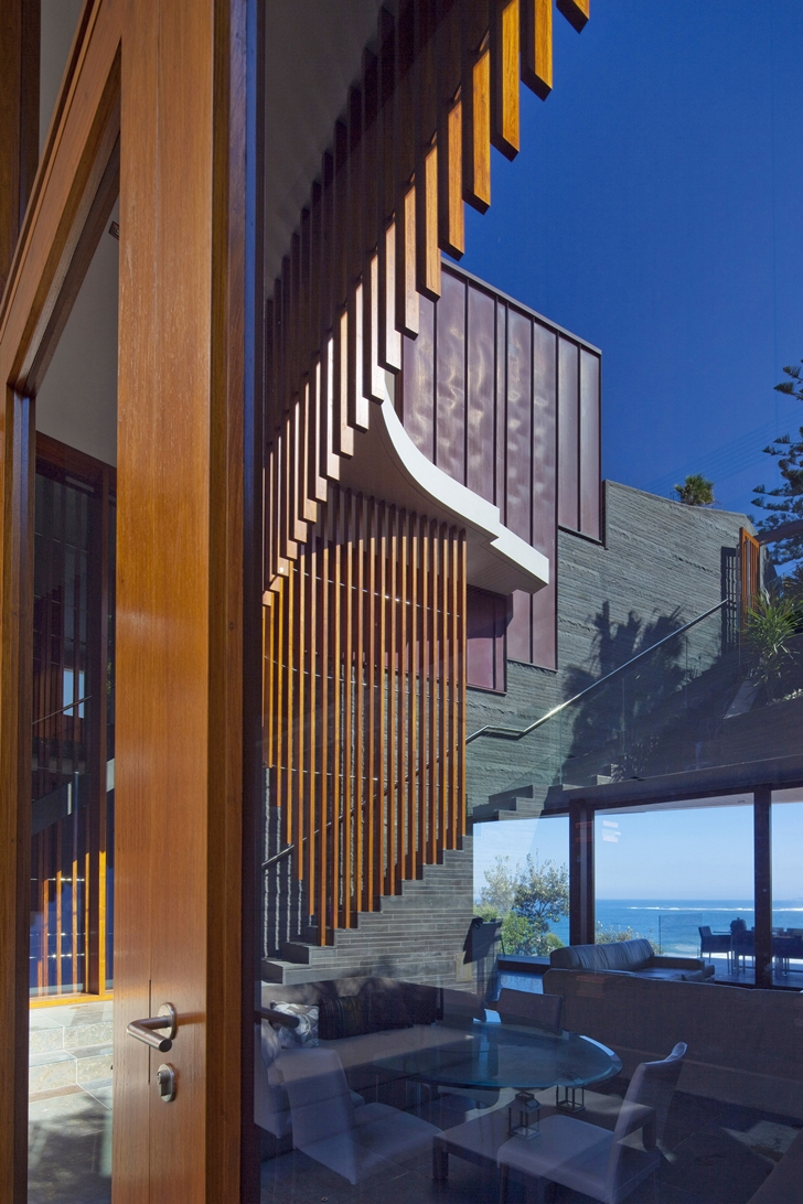 Glass facade on The Serpentine Home by Turner Architects