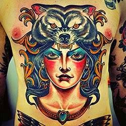 Tatuagem de lobo no peitoral