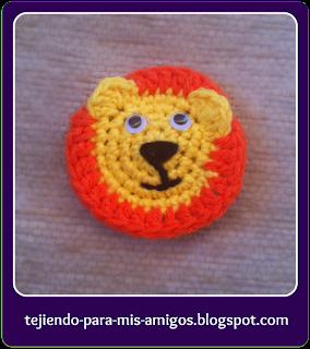 Broche león de ganchillo