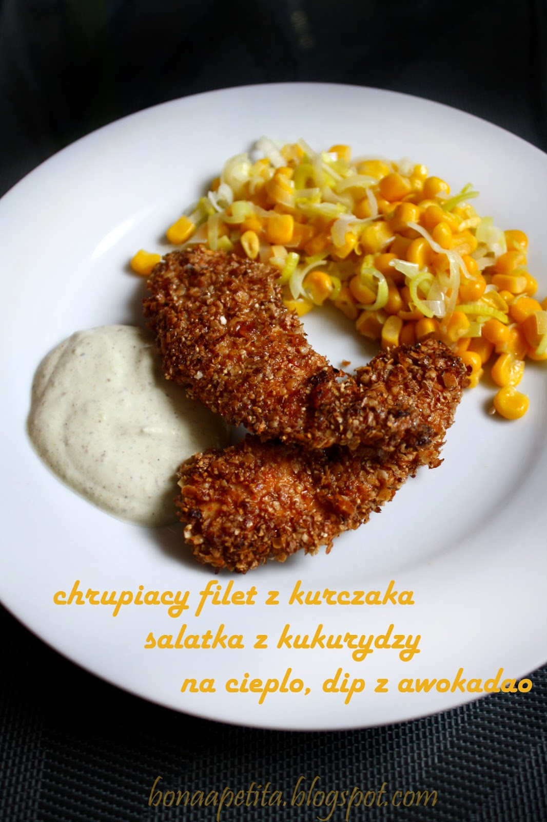 Chrupiący filet z kurczaka, sałatka z kukurydzy na ciepło, dip z awokado