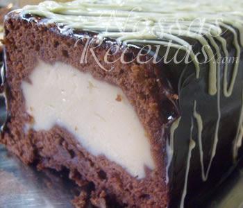 receita de bolo delicioso recheado com creme confeiteiro e levado ao forno para assar.