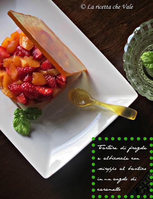 tartare di fragole e albicocche con sciroppo al basilico, in un angolo di caramello...