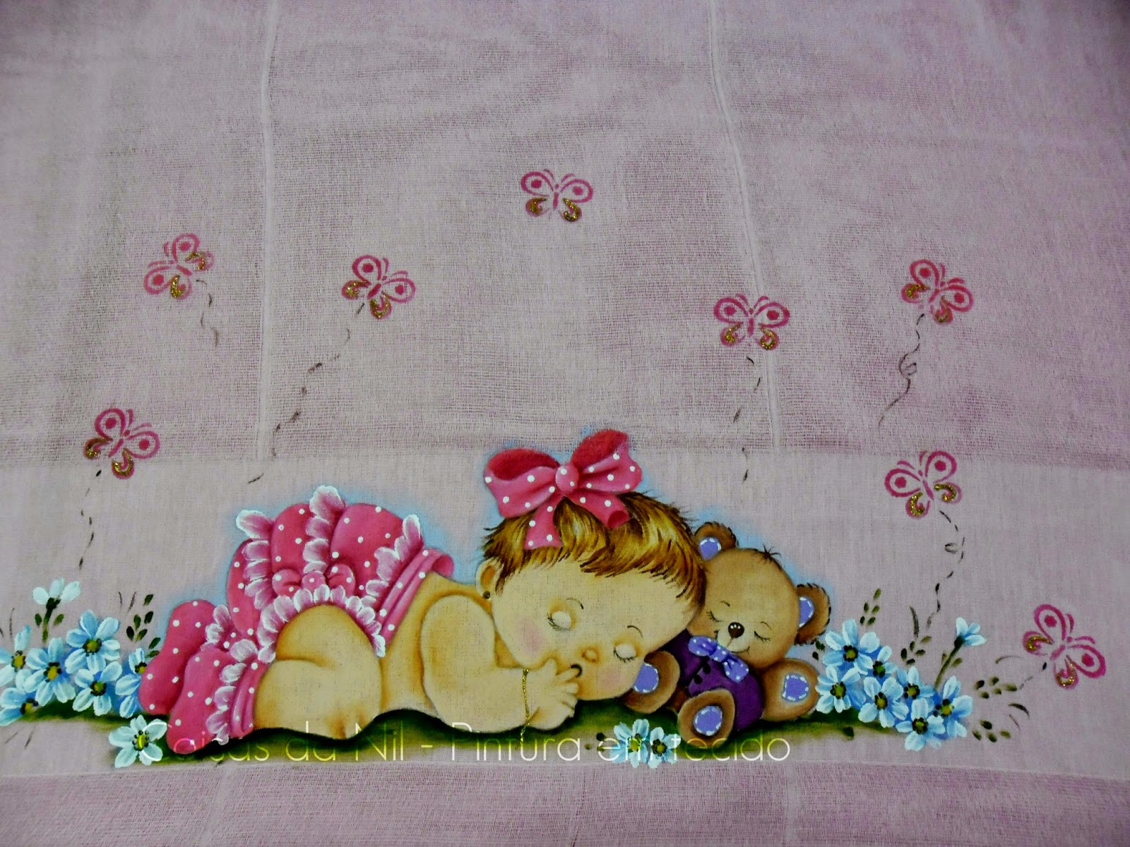 pintura em fralda menininha deitada com urso, flores e borboletas