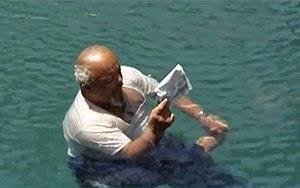 بالفيديو.. يمني جسمه غير قابل للغرق.. يطفو على سطح الماء كقطعة فلين.