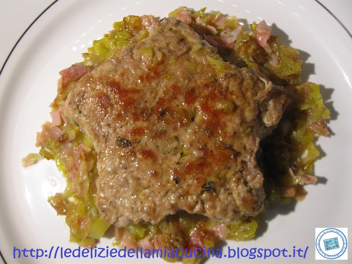 nella stessa padella aggiungere un altro filo di olio evo e cuocere gli hamburger appena pronti servirli su un letto di porri e prosciutto