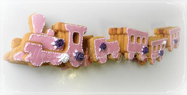 biscotti a forma di trenino decorato in ghiaccia reale