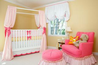 cuarto de bebé rosa y amarillo