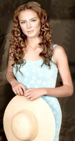 Silvia Navarro con cabello frizado