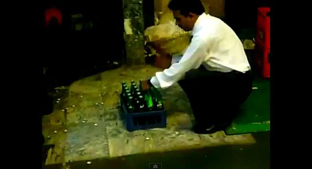 Este mesonero es quizás el más rápido en destapar botellas.