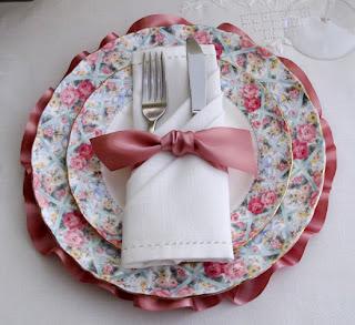 elegant ruffled place setting tuxedo napkin Decoração Dia das Mães!