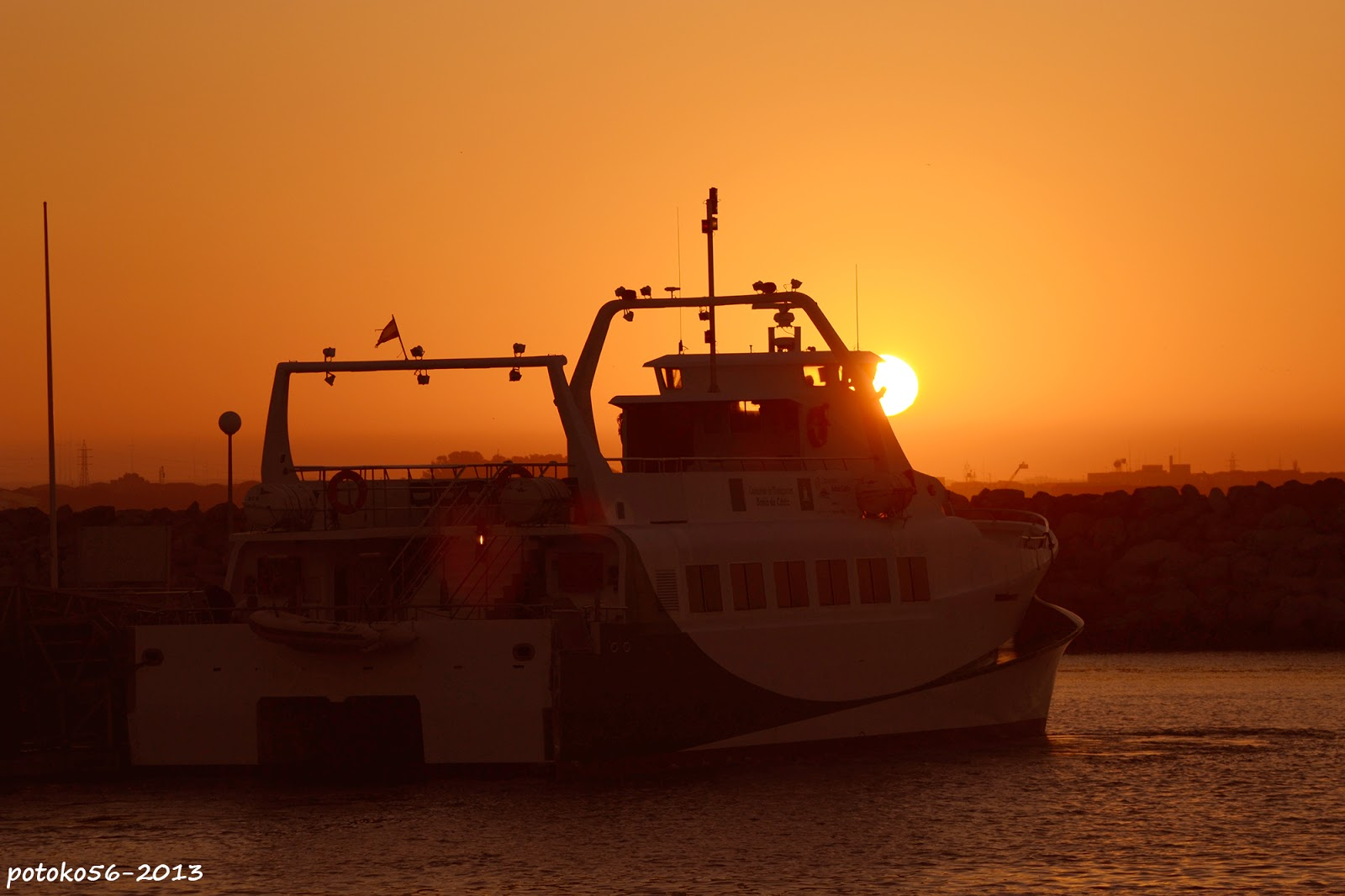 Catamaran Rota Cadiz y el Sol del amanecer Rota