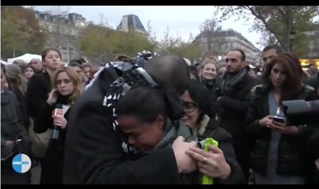 Pria Muslim ini Buat Warga Paris Terharu