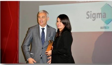 Marta González Moreno, gerente de Sigma Biotech, recogiendo el premio a mejor Microempresa 2014