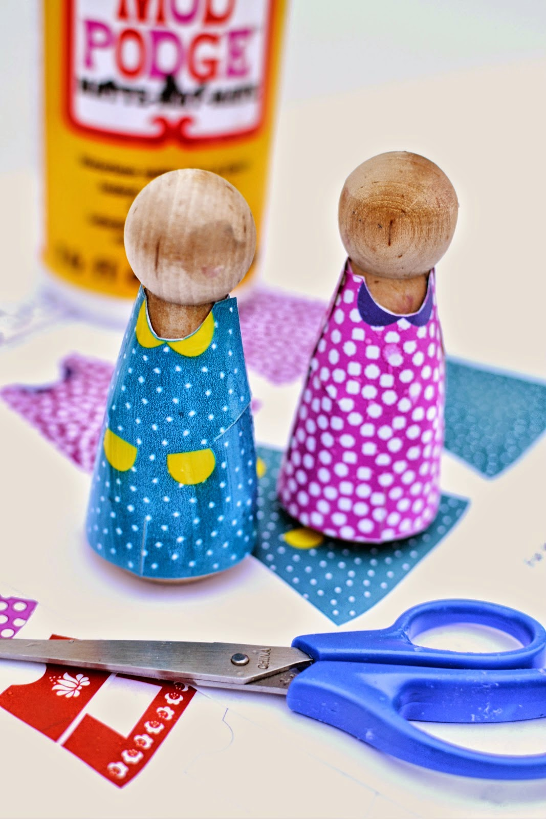 http://plentyofpaprika.blogspot.com/2014/11/printable-peg-doll-clothes-for-girl.html