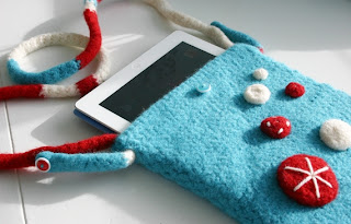Felted Button iPad Bag Crochet Pattern by Susan Carlson of Felted Button