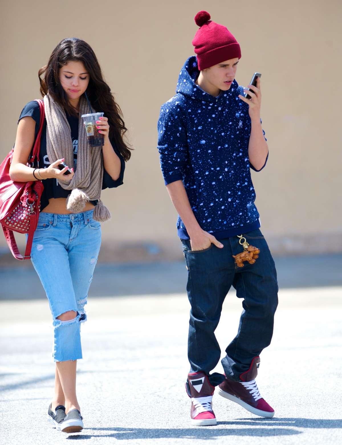 http://2.bp.blogspot.com/-8wCQ9BuN6HU/UDhrcmpj3eI/AAAAAAAADao/akq3pKTUdzM/s1600/Selena+Gomez+-+Ripped+jeans+candids+-+Panera+Bread+In+Glendale-01.jpg