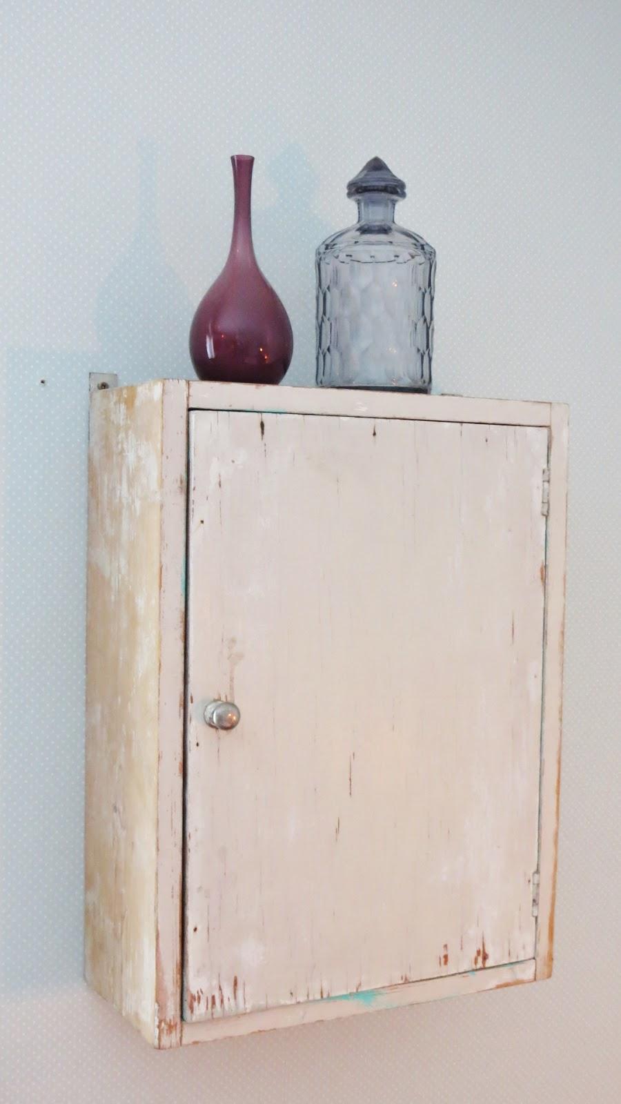La m u00f4mes Old fashioned Ett gammalt vägghängt skåp som bildar en egen vrå i rummet