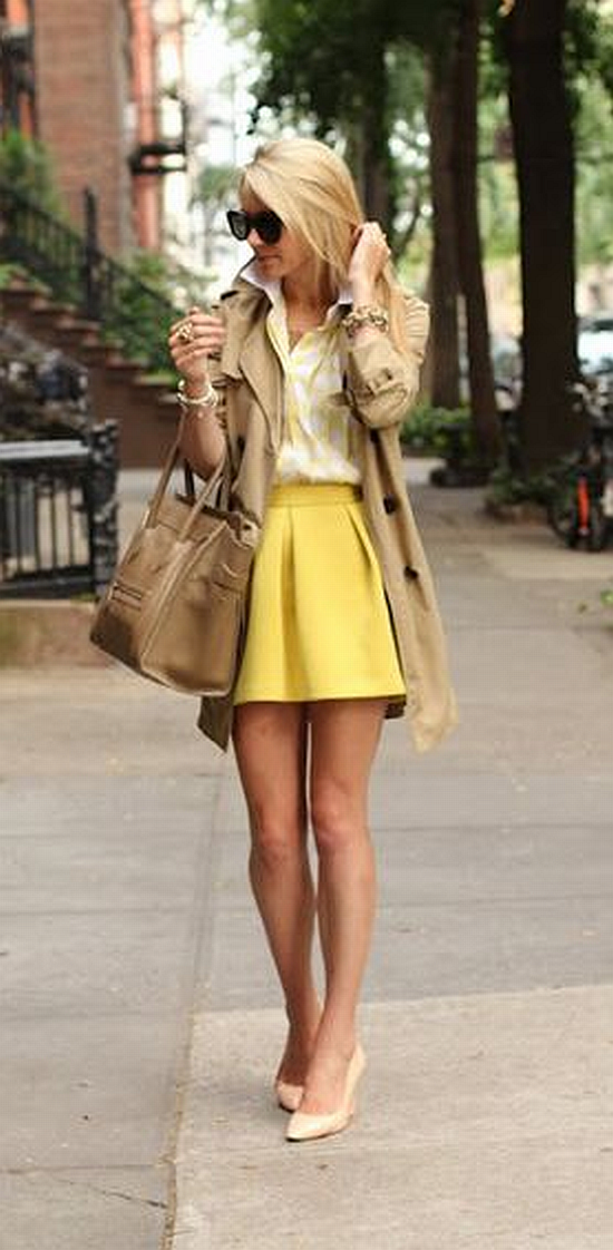 steet style: trech coat with yellow skirt