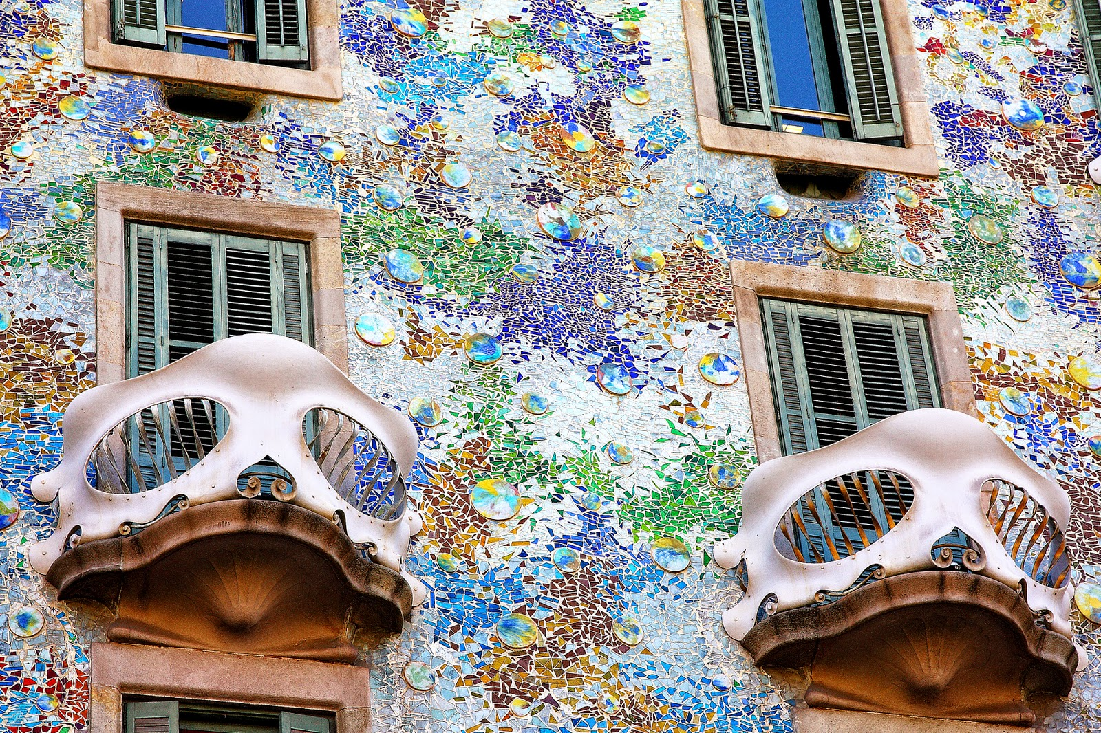 architect antonio gaudi How can the answer be improved.