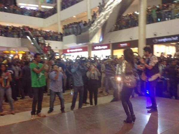Sunny Leone at Thane Mall to promote Ragini MMS 2