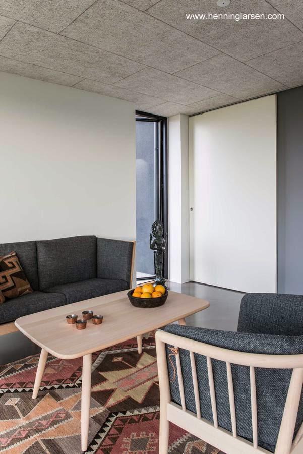 Sala de estar en el interior de la casa prefabricada danesa