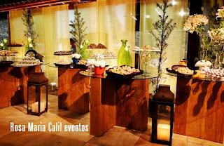 mesa bloco madeira demolição tampo vidro, decoração verde, bules com arranjos, lanternas de ferro, velas