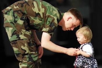 Un soldado se despide de su hija antes de partir al frente.