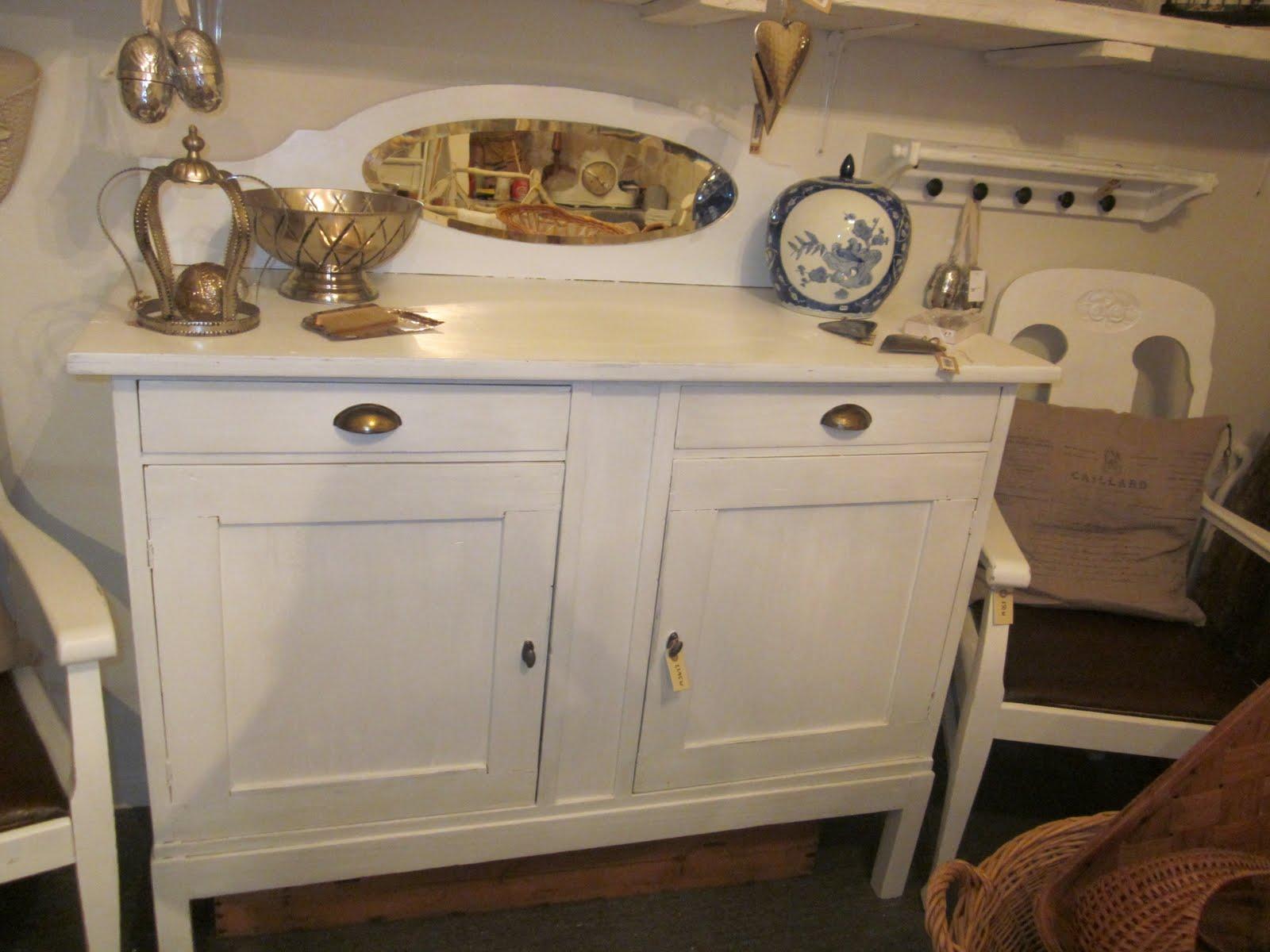 kistbord vitt ~ gammalt romantiskt och vitt kistbord och stolar