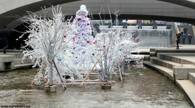 Esculturas de hielo en el arroyo Cheonggyecheon