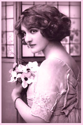 dama victoriana en tonos violeta