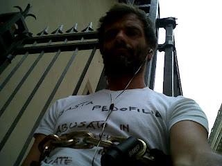 Continua da giorni la protesta di Alesandro, incatenato davanti al seminario di Bergamo.