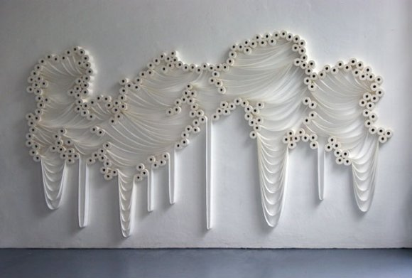 sakir gokcebag instalações de arte papel higiênico relógios sapatos