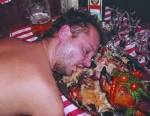 smešna slika: Pijan spava na hranu