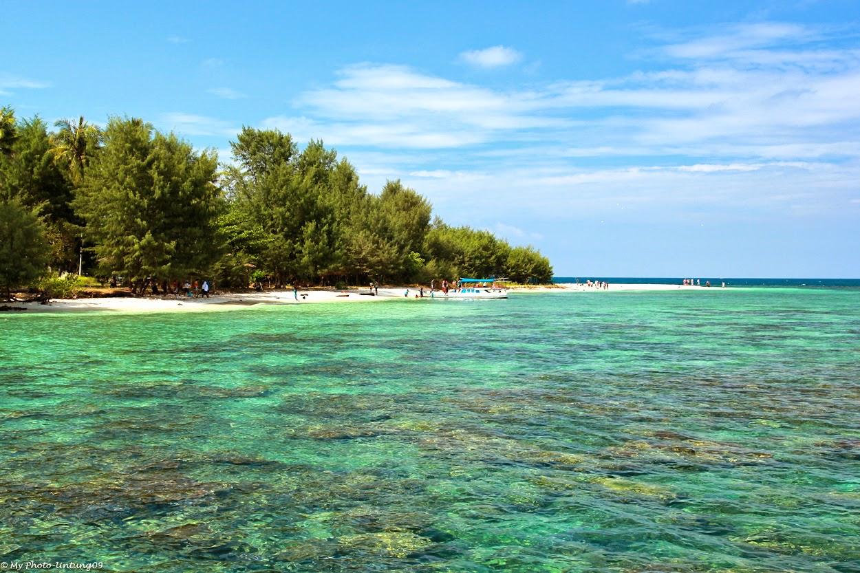 foto pantai di karimunjawa yang indah