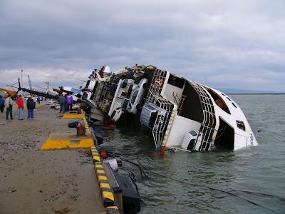 Foto Kapal Muat Mobil Terbalik