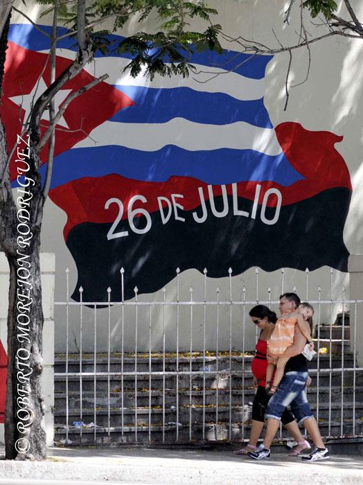 Mural con una bandera cubana y otra del Movimiento 26 de Julio, en la Calle 23,  en La Habana, Cuba, el 24 de julio de 2013.