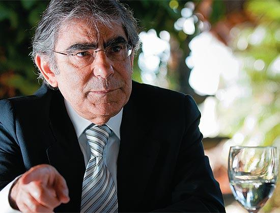 O ministro aposentado, Carlos Ayres Britto, diz que o texto fere a constituição.