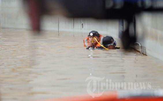 Tim Kusus TNI Lanjutkan Evakuasi Korban Terjebak Banjir di Gedung UOB Jakarta