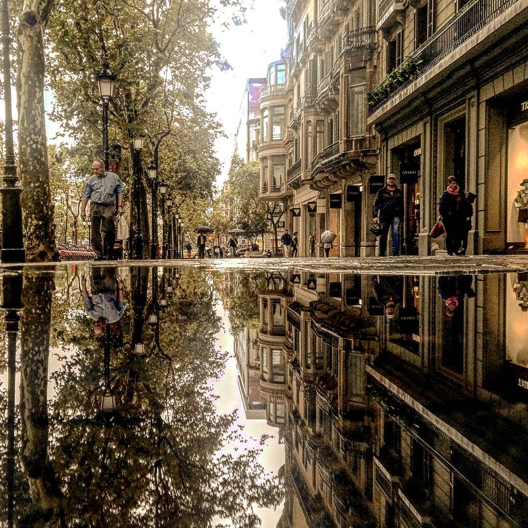 05-Walks-de-Gràcia-Barcelona-Guido-Gutiérrez-Ruiz-The-World-Reflected-in-Photographs-of-daily-Life-www-designstack-co
