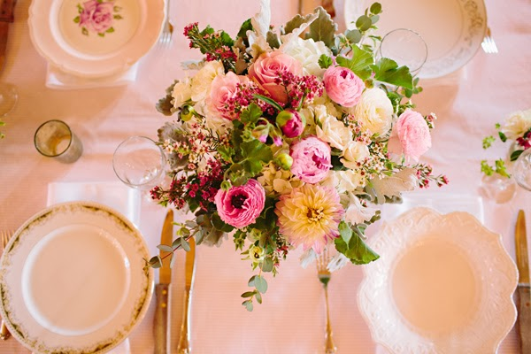 combinar vajillas antiguas en recepción de boda