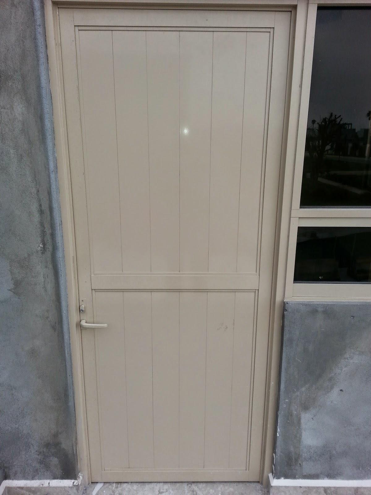 Persianas aluminio y vidrio puerta batiente para exterior for Puertas de exterior