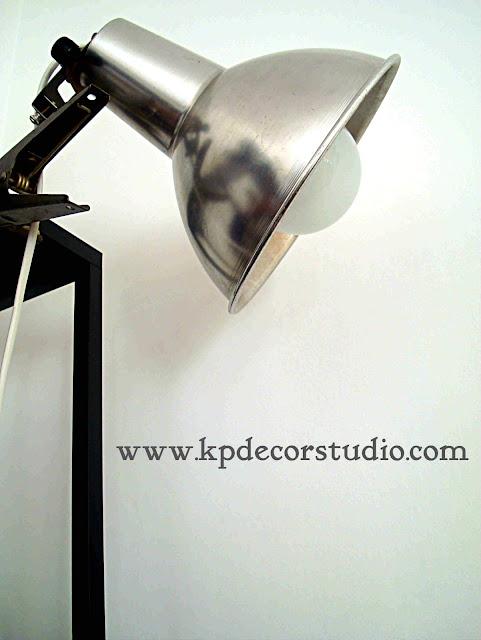 Foco industrial. Lámpara vintage de fotografía. Antigua. metálica. Aluminio