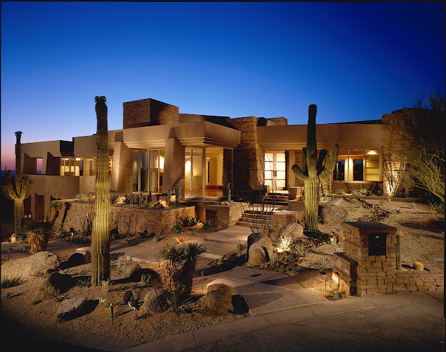 Picture of the desert house as seen at sunset from the entrance